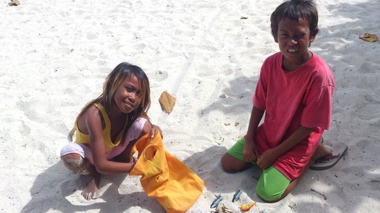 Bounty Beach: Children from the village selling souvenir