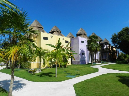 PavoReal Beach Resort Tulum : farbenfroh gestaltete Bungalows