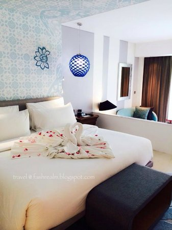 Le Meridien Bali Jimbaran: The bed is super comfy & big for my romantic getaway!