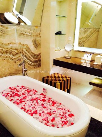 Le Meridien Bali Jimbaran: Splendid Ensuite Bathroom with full amenities and huge bathtub!