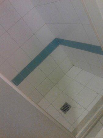 Hotel Tonfoni: La doccia degli orrori