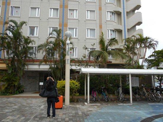 Hotel Grand View Okinawa: ホテル前にて