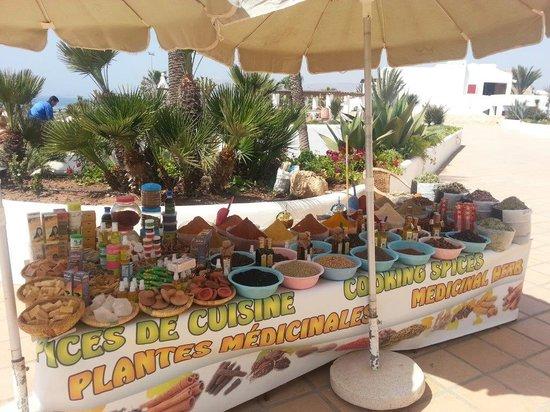 ClubHotel Riu Tikida Dunas: Marchand d'épices sur la terrasse du Dunas