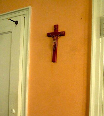 Leo House: El crucifijo preside toda la habitación