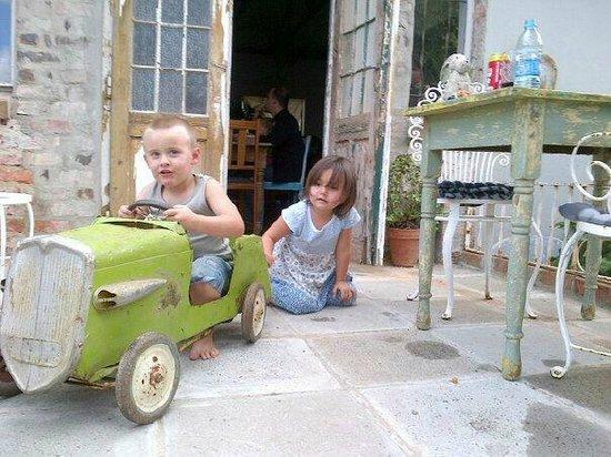 Simondium's Country Lodge: The green car