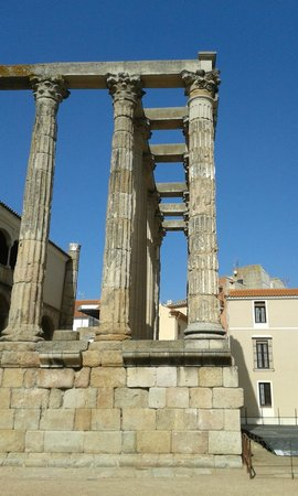 Templo de Diana: Side view of the front columns