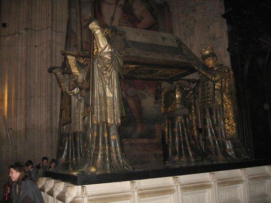 Catedral de Sevilla: monumento a cristoforo colombo visto di fianco