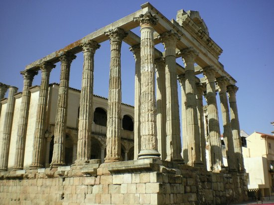 Templo de Diana: A corner view which helps you see the whole temple