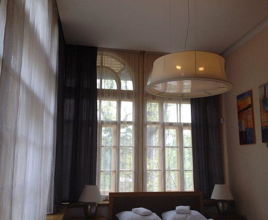 Hotel Santander : Our corner bedroom with arched windows