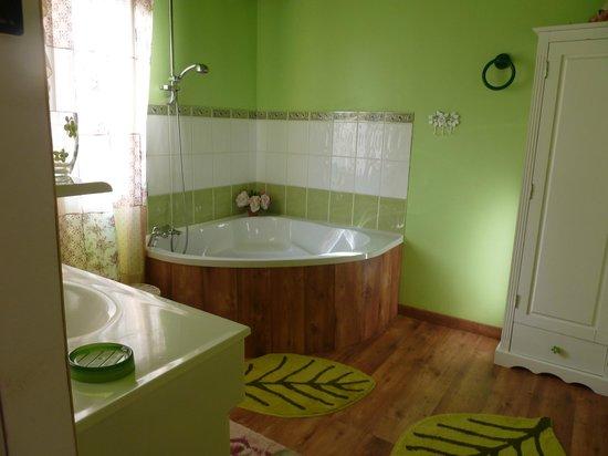 La Maison Aux Fleurs : salle de bain de la chambre aux roses