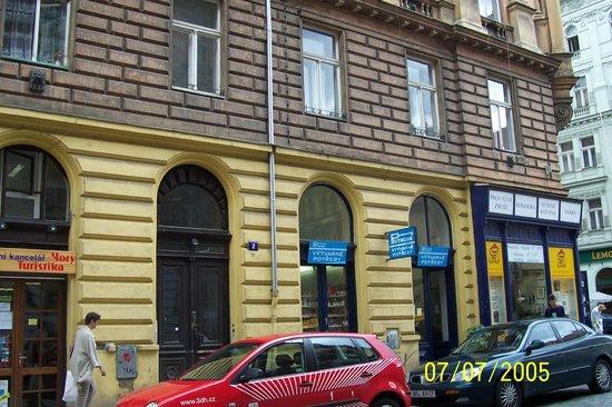 Residence Pinkas Old Town : Sokaktan binanın girişi