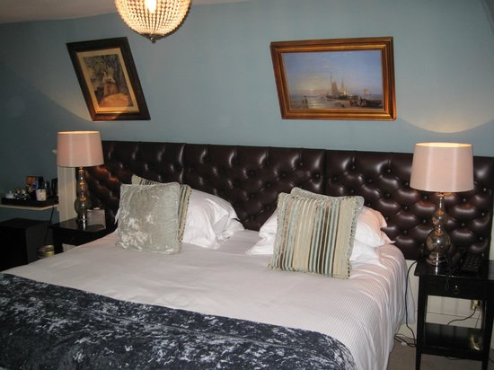 The Wykeham Arms: Large bed in spacious room.