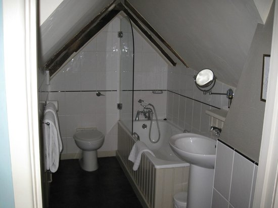 The Wykeham Arms: Bathroom set in the eaves.
