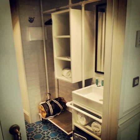 Dise o poco practico del peque o armario pasillo ba o picture of hotel praktik bakery - Armario poco fondo para pasillo ...