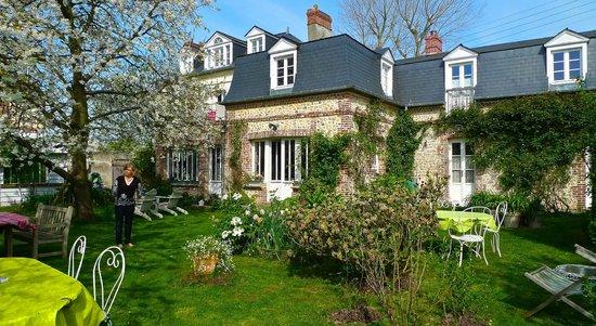Aux Rives de Honfleur : La façade coté jardin