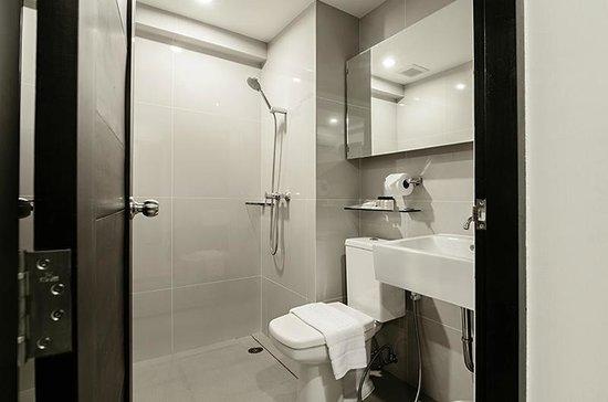 UMA Residence: Shower & Toilet in room