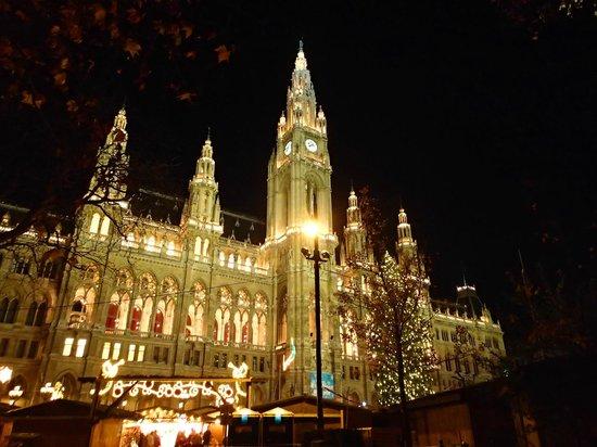 Ringstrasse : Rathaus mit Christkindlmarkt