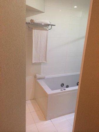 Axel Hotel Barcelona & Urban Spa: bañera, con manchas y sin puerta entre baño y habitación