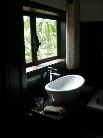 Jackfruit Homestay: Bathroom of upstairs bedroom