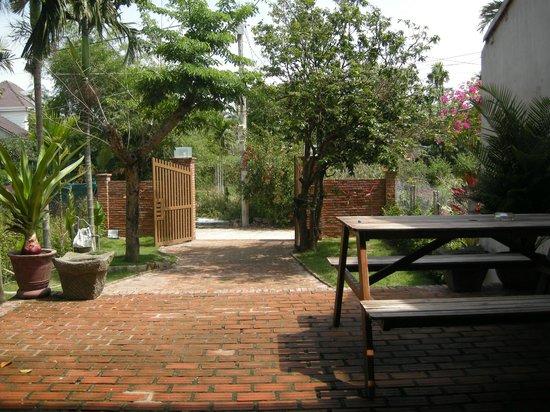 Jackfruit Homestay: Front garden with jackfruit trees
