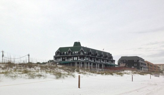 Henderson Park Inn: View looking back from beach
