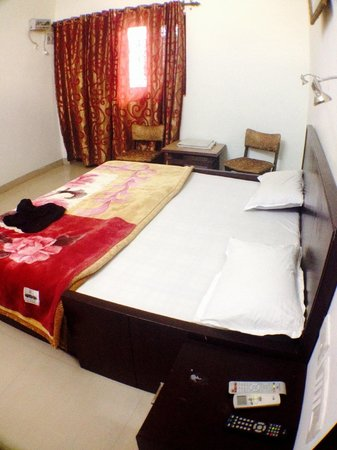 Sai Home Stay: Rooms are nice spacious, clean, comfortable, and ours had wifi inside as well