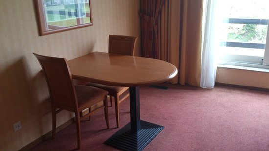 Hampshire Golfhotel - Waterland: Convenient table with chairs