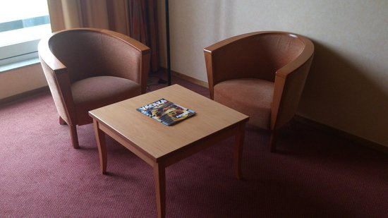 Hampshire Golfhotel - Waterland: Sitting corner with arm chairs
