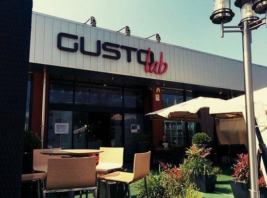 Gusto Lab S.r.l.: Tavoli all'esterno con gazebo: ideale per pranzi estivi.
