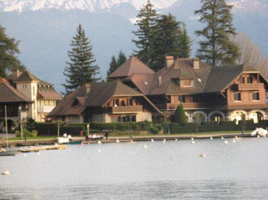 Auberge Du Pere Bise : La Maison vu de la promenade lacustre