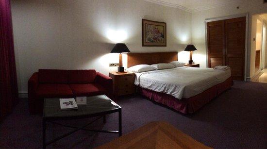 Surabaya Suites Hotel : Ada meja kerja, sofa dengan meja kecilnya dan ranjang yang nyaman. Dekat dengan pusat kegiatan
