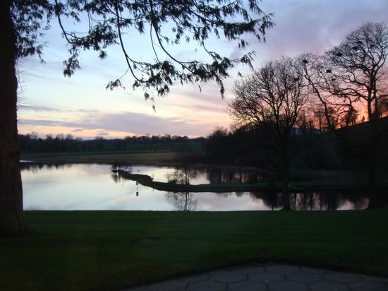 Killyhevlin Lakeside Hotel & Lodges: The view from the lounge in the evening