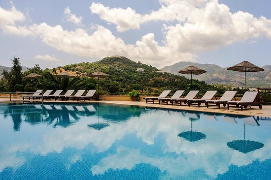 4reasons hotel+bistro : Pool overlooking the Mountains and the Valley