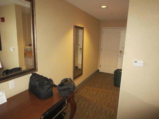 Holiday Inn Express Biddeford: Hallway and desk area