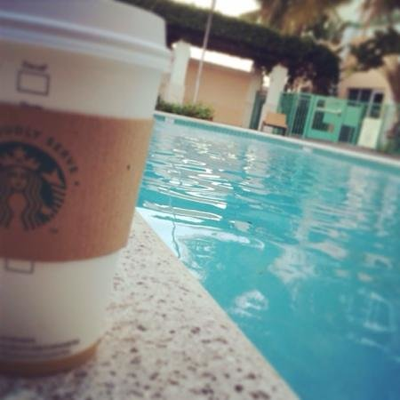 Courtyard Fort Lauderdale Airport & Cruise Port : starbucks by the pool!