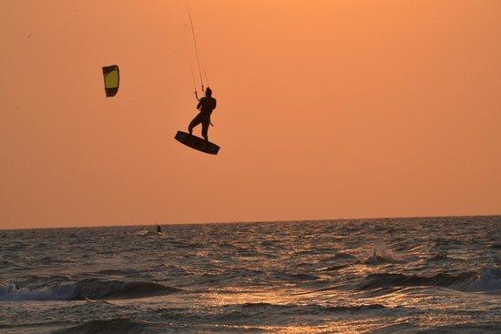 Radisson Cartagena Ocean Pavillion Hotel: Parachute surfer behind the hotel