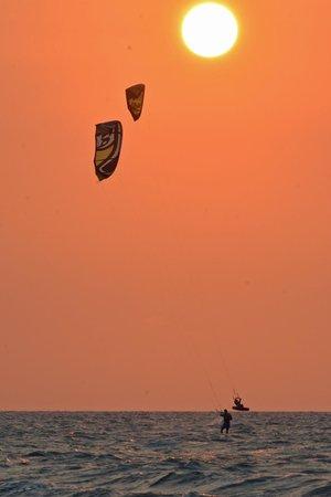 Radisson Cartagena Ocean Pavillion Hotel: Parachute surfers behind the hotel