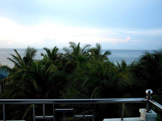 Hong Di Bungalows: La mer, vue depuis le balcon du 1er étage.
