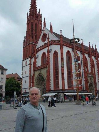 Zellingen, Germany: Igreja na praça central