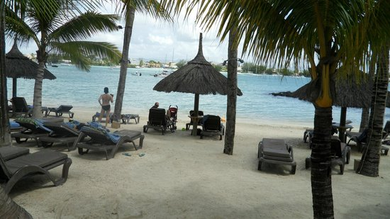 Mauricia Beachcomber Resort & Spa : Vue sur plage