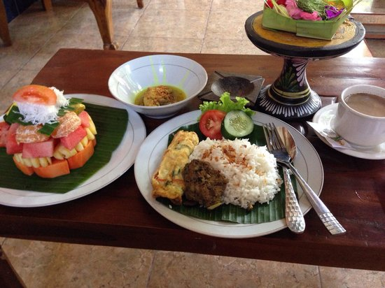Praety Home Stay: Balinese breakfast with fruit salad and Balinese coffee