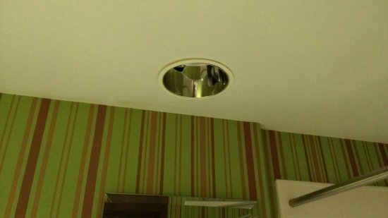 Crowne Plaza Dayton: NO light! Bulb out