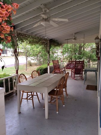 Corner Cottage B&B: Porch swing & ice machine