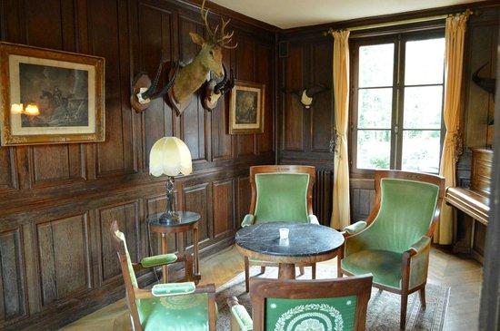 Hostellerie du Chateau Les Muids : Одна из гостинных первого этажа