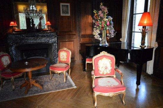 Hostellerie du Chateau Les Muids : Камин