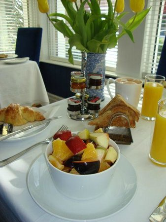 Camelot Guest House: Freshly made fruit salad with toast, croissants and coffee