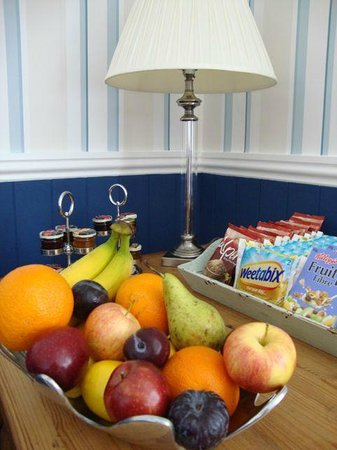 Camelot Guest House: Choose your fruit and cereals