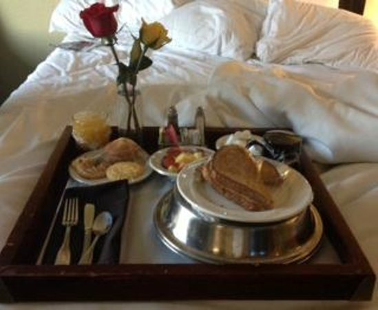 Crowne Plaza Memphis Downtown: My awesome birthday breakfast tray