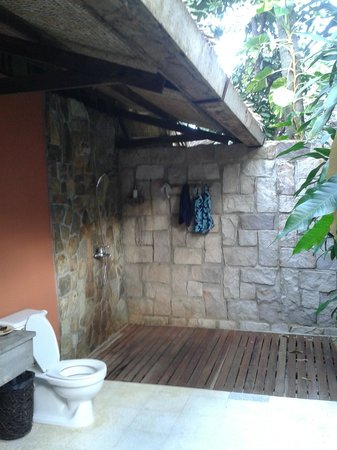 Mango Bay Resort: Semi-outdoor bathroom (