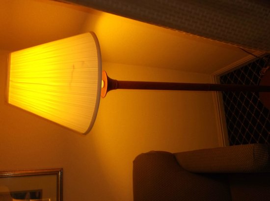 Quality Inn & Suites -- South San Francisco: Dirty lamp
